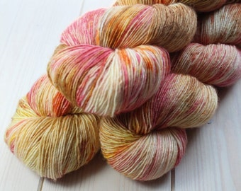 Skein hand - dyed Fingering Single - 100% superwash Merino - 100 g / 366 m - dried flowers