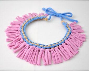 Collier tribal déclaration - bijoux de tissu frange Pervenche lilas pastel