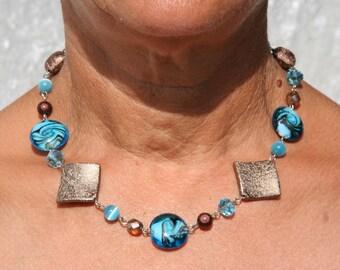 Collier turquoise et marron avec perles en verre et en résine