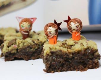Small orange dolls for cake decorations