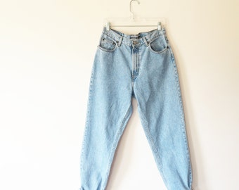 1990s vintage jeans// high waisted mom vintage gap denim jeans with classic five pocket style and tapered legs// 30W