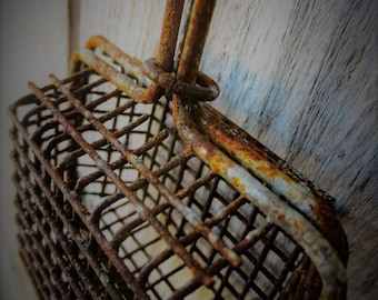 Vintage Wire Soap Saver...vintage wire ware, rusty junk, vintage farmhouse, brocante style, rustic french country, flea market find, kitchen