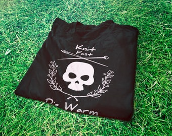 Knit fast die warm funny T-Shirt for knitting lovers and knitters - Knitting needles and skull graphic tee - Knitting queens funny gift idea