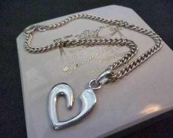A lovely sterling silver love heart bracelet - 925 - 7""
