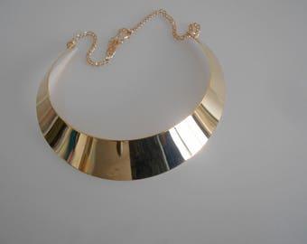 Collier plastron plat doré , métal 100 mm x 25 mm