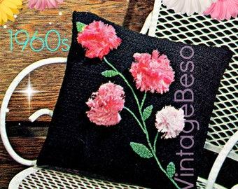 Pillow CROCHET Pattern • 1960s Retro 3D Flowerd • Pattern Instant Download • PDF Pattern • Flowers Carnations • Leaves Stems • Vintage Beso