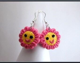 Boucles d'oreille petite fleur kawaï en fimo fuchsia et jaune.