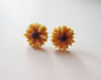 Beige daisy earrings.  Tan daisy earrings.  Beige flower earrings.  Light brown earrings.  Tan flower earrings.  Small flower earrings.