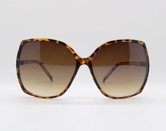 Square oversized sunglasses in tortoise slim frame with brown lenses. 70s. Vintage. Sunnies. Lunettes. Womens.