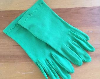 Vintage Fownes Embraceable Pea Green Wrist Gloves, Never worn, Size Medium