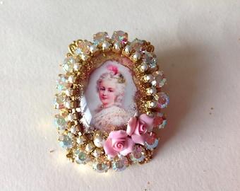 "young Marie Antoinette's ring,""Precious"", cabochon under glass ,swarovski , roses, Aurora borealis vintage swarovski row"