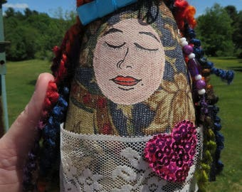 Sheila, Mixed Media Art Doll tissu fibre Art Original visage peint