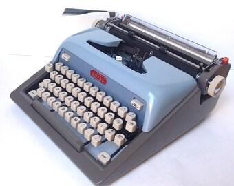 Royal Futura 800 Manual Portable Typewriter