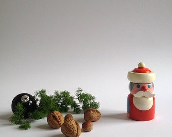 SANTA CLAUS Nussknacker Weihnachtsdekoration. Vintage Holz Erzgebirge Figur. 1970er Jahre Deutsches Holz Design.