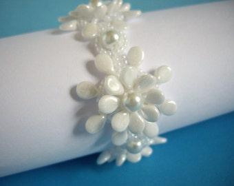 Pip bead bracelet, Pearl bracelet, Floral bracelet, Seed bead bracelet, beadwork bracelet, White flower bracelet