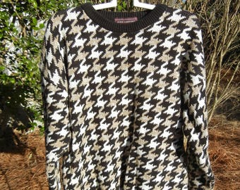 Vintage Women's oversized Black/White/Tan Houndstooth print cable knit sweater (size Med/M/Medium)