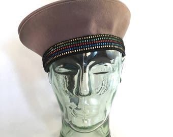 Grey felt beret with rainbow ribbon