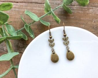 Chevron earrings // gold dangle earrings // boho style earrings // minimalist earrings // gold drop earrings // gold chevron earrings