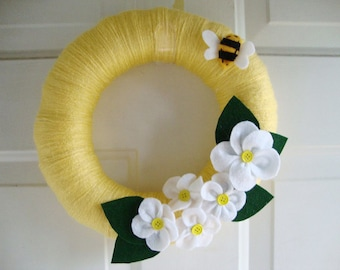 "Yarn Wreath 12"" Diameter White Daisies and Bumble Bee"