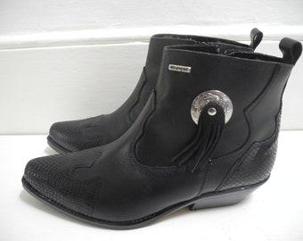 90s Unworn Wangler goth grunge black leather Cuban heel cowboy/western ankle boots