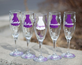 Bridesmaid gift champagne flutes glasses, name over the dress and title on the base, your choice of colors, plum and white. 1 glass.