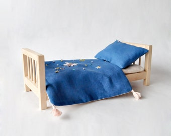 Wooden toy bed with mattress and flaxlinen