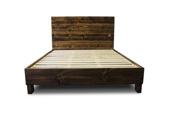 Marco de cama de plataforma de madera maciza rústica y
