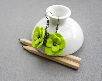 Boucles d'oreilles fleurs vert anis posées sur une estampe en métal, boucles d'oreilles baroques romantiques, fleur en relief en pâte fimo