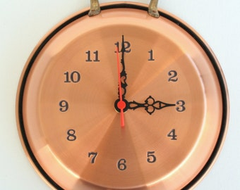 Copper smooth pan-shaped clock (2 handles) to hang on the wall.