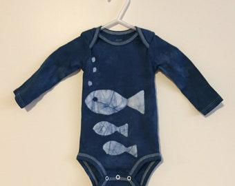 Fisch, Babybody, blaue Fisch-Body, Fisch-Baby-Geschenk, Baby-Dusche-Geschenk, Baby Boy Geschenk, Baby-Mädchen-Geschenk, Geschlecht Neutral Geschenk (3-6 Monate)