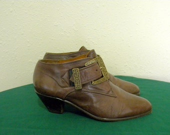 Vintage boots. Women boots, Sz 6b brown leather 1980s Italian made stack heel ankle booties.