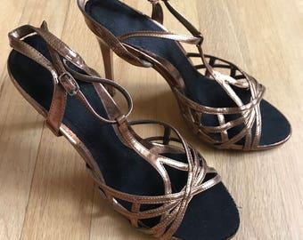 Vintage 70s gold t strap sandals size 6
