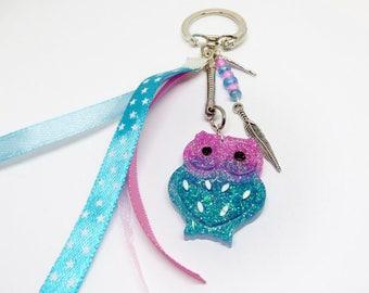 Porte clef / Bijou de sac chouette rose et bleu en résine