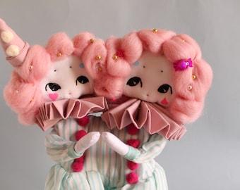 Poupée d'art Les siamoises, poupée tissu, cirque, rose, OOAK,  fait main, cirque, art, miniatures, conte, art doll, cadeau pour elle