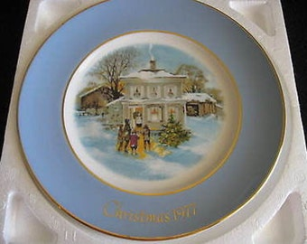 Avon Wedgewood Christmas Plate 1977 Carollers in the Snow Vintage CL14-2