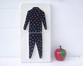 Abstrakte menschliche Form.  Unisex Keramik Wandskulptur.  Zweiteilige menschlichen Strichmännchen In Anzug montiert.  Recycling-Ton-Wand-Kunst.