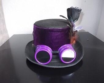 Gothic/steampunk Hut. Hat. In lila Samt bedeckt.Federn.Rosen. Size 58