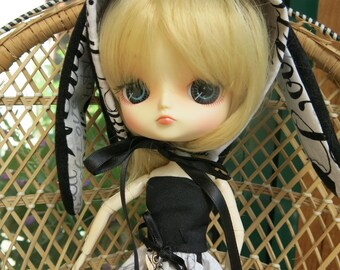 dress and bonnet Dal doll