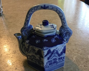 Teapot Blue and white with dragon