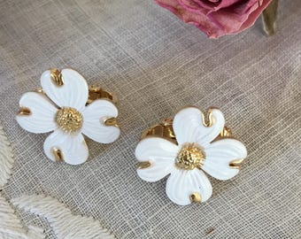 Vintage Clip On Earrings. White Dogwood Clip On Earrings. Nicely Detailed White DOGWOOD Blossom EARRINGS. Clip On Earrings.