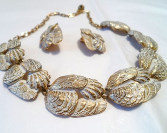 Vintage Mid Century White Enamel and Gold Tone Shell Necklace and Earring Set Sea Shell Necklace Clam Shell Necklace