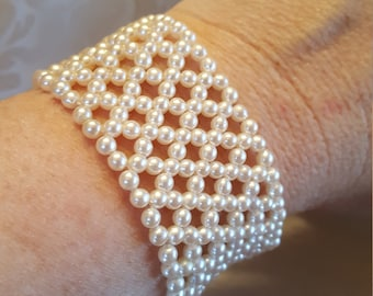 Pearl stretchy bracelet with criss cross design.