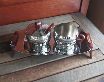 Vintage Glo Hill Chrome Creamer Sugar with Lid Spoon and Tray Butterscotch Bakelite Handles / Plat de service Glo-Hill Sucrier Crémier