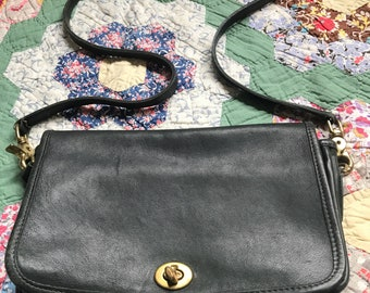 Vintage Coach leather bag in dark green 1970 turn lock