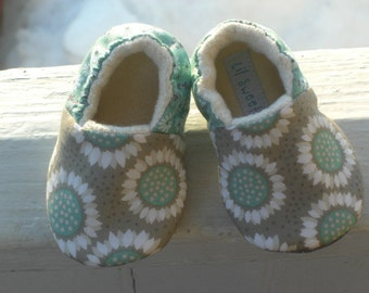 BABY girl shoes, baby slippers, baby shoes, baby crib shoes, toddler shoes, soft sole baby shoes, baby moccasins, flower baby shoes