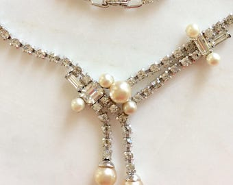 Vintage Diamonte Clear Rhinestone Necklace . Faux Pearl . Silver Toned . Era 1960's. Wedding Jewelry . Retro Boho . Old Costume Jewelry