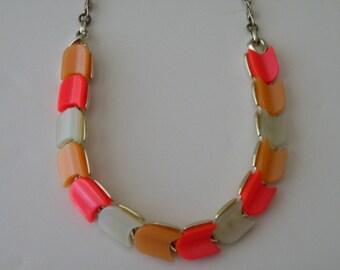 LISNER  thermoset plastic necklace. Multicolored.