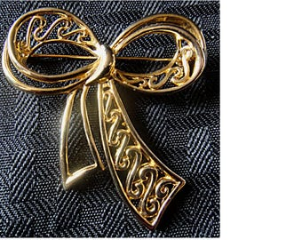 Wonderful Vintage Gold Tone Filigree BOW PIN  Brooch - Signed (1558)