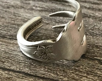 Gorgeous Fork Ring! Size 9 but I can adjust it to other sizes!!!