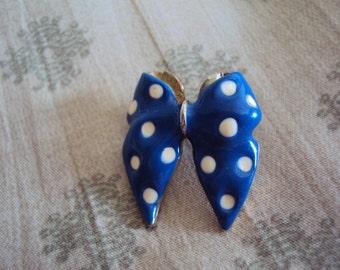 1970s Blue polka dot bow pin.